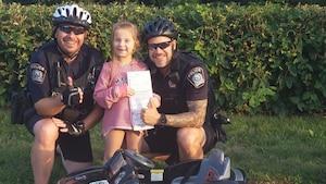 2 agents à vélo donnent une amende à une fillette