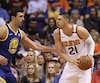 Alex Len des Suns de Phoenix et Zaza Pachulia des Golden State Warriors de San Francisco.