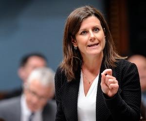 Le silence d'Yves Francoeur depuis ses déclarations fracassantes sur des élus libéraux nuit à la confiance du public envers la Directrice des poursuites criminelles et pénales, estime la ministre Stéphanie Vallée.