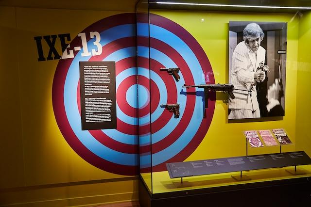 Les armes sont présentées de manière ludique. Il est même question du héros de la fameuse comédie musicale québécoise IXE-13, «l'as des espions canadiens»  (l'ex-Cynique AndréDubois).