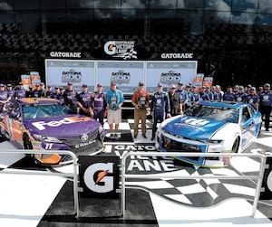 Alex Bowman (équipe de droite) et Denny Hamlin s'élanceront de la première rangée à l'occasion de la 60e présentation du Daytona 500, dimanche.