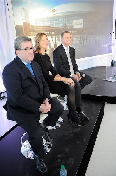 La présidente de Vidéotron, Manon Brouillette, en compagnie de Benoît Robert et Régis Labeaume.