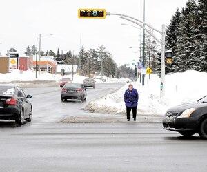 Sur l'avenue Industrielle, à Val-Bélair, les piétons ont 35 secondes pour traverser sept voies d'autoroute. C'est insuffisant, constate la présidente du conseil de quartier, Francine Dion, qui a tenté l'expérience à ce carrefour très achalandé.