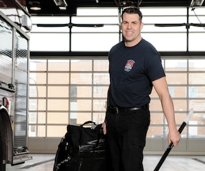 Patrick Lamoureux, qui est pompier sur la Rive-Sud, n'aurait jamais cru qu'une banale blessure au hockey l'obligerait à recevoir des antibiotiques par intraveineuse pendant plusieurs jours après une infection au coude.