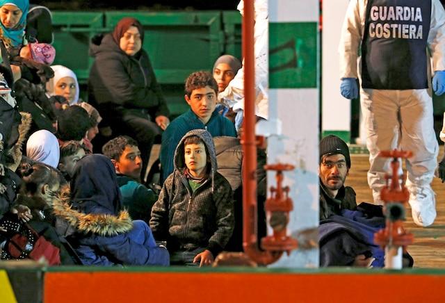 Des survivants du naufrage sont amenés au port sicilien de Pozzallo.