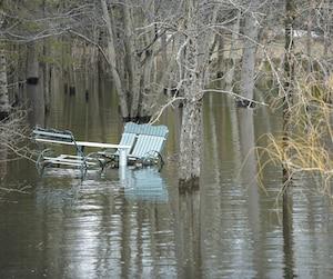 Près du lac Saint-Charles, la rivière du même nom a inondé ce terrain.