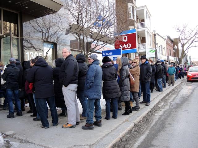 Une foule s'est massée à l'extérieur de la station du FM93 afin de participer au tirage de la loterie américaine Powerball.