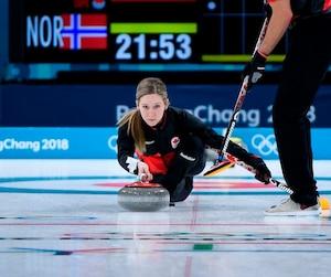 L'équipe canadienne composée de Kaitlyn Lawes et John Morris s'est inclinée face aux représentants de la Norvège par un pointage de 9-6 dans le tour préliminaire.