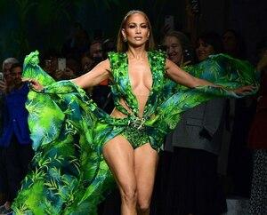 Image principale de l'article JLo porte la même robe culte qu'il y a 20 ans