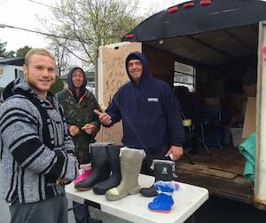 Normand Giroux et Sylvain Ouimet de Pointe Calumet se sont lancés dans la vente de bottes d'eau.