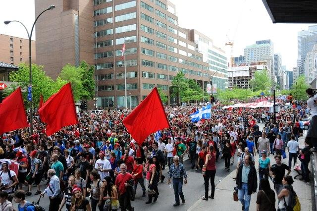 Des milliers d'étudiants et de citoyens défilent dans les rues du centre-ville de Montréal, pour souligner les 100 jours de la grève étudiante, dans le cadre de la seconde manifestation nationale contre la hausse des frais de scolarité et l'adoption de la loi 78 par le gouvernement libéral, à Montréal, le 22 mai 2012.