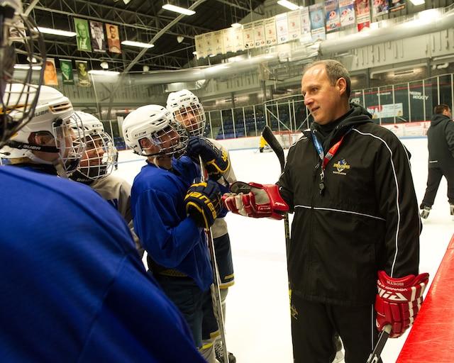 Daniel Marois, qui a amorcé sa carrière dans la LNH avec les Maple Leafs de Toronto, est aujourd'hui l'entraîneur des Dragons du Collège Ste-Anne.