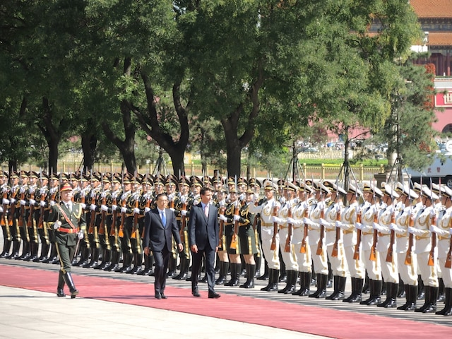 Justin Trudeau lors d'une cérémonie d'accueil officielle où il inspecte la garde à l'extérieur avec le premier ministre chinois,