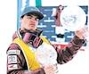 Mikaël Kingsbury a reçu deux globes de cristal dimanche. Un pour avoir terminé au premier rang du classement de la saison et l'autre pour avoir été élu l'athlète par excellence de toutes les disciplinesrattachéesau ski acrobatique dela FIS.