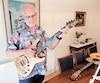 Danny Blueberry, à son domicile d'Hampstead,gratte sa guitare fabriquée en Indonésie.