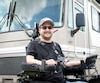 Julien Racicot va parcourir les 1200km entre Gaspé et Montréal en fauteuil roulant afin d'amasser des fonds pour aider des handicapés.