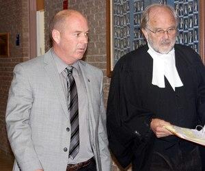 Tom Harding et l'un de ses avocats, Thomas Walsh, jeudi au palais de justice de Sherbrooke.