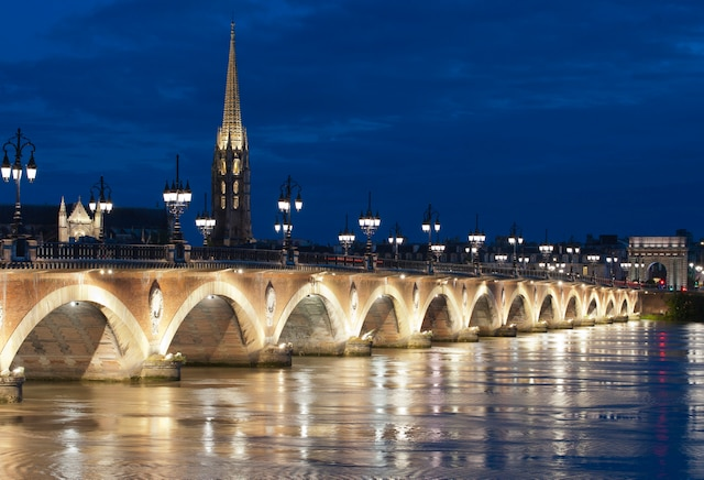 Le pont de pierre de Bordeaux, la nuit.