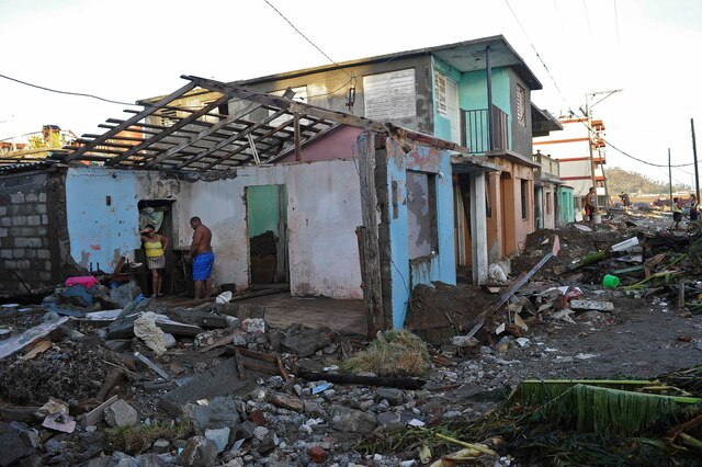 Inhabitants of Baracoa, Guantanamo province, east of Cuba clean up after hurricane Matthew passed through the place on October 7, 2016.  Hurricane Matthew moved toward Florida's east coast Friday after leaving a trail of destruction in Haiti, Cuba and the Dominican Republic. / AFP PHOTO / YAMIL LAGE