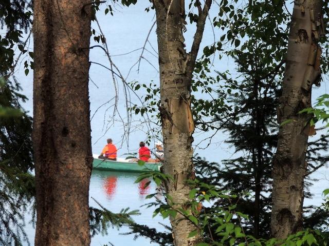 Expédition en rabaska sur l'eau cale du lac Lois.