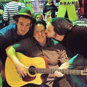 Image principale de l'article Tout sourire en gratteuse de guitare