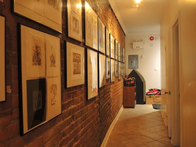 L'AntiCafé possède plusieurs salles, dont une galerie d'art ou tous les tableaux sont à vendre.