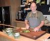 Patrice Gosselin, qui cumule plus de 20 d'expérience dans les cuisines de restaurants et de cafétérias, estime que les cuisiniers devraient pouvoir aussi recevoir des pourboires au même titre que les serveurs afin d'obtenir un salaire qu'il juge plus juste.