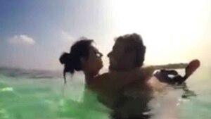 Il demande sa copine en mariage au fond de l'eau
