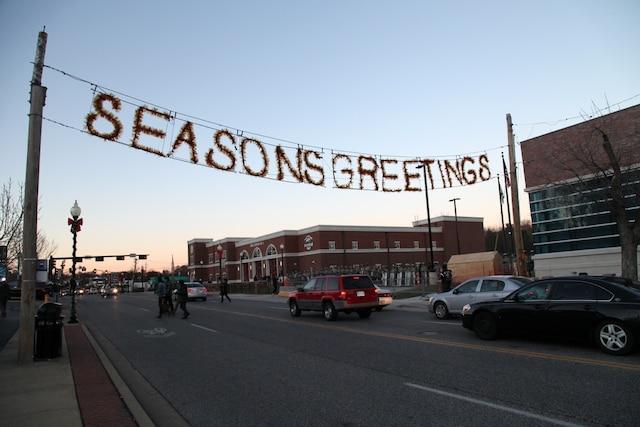 Au lendemain des émeutes qui ont ébranlé la communauté de Ferguson au Missouri, plusieurs commerces tentaient bien que mal de protéger leur commerce en prévision d'une deuxième nuit de manifestations.