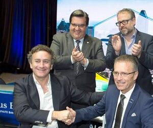 Le promoteur de la FE, Alejandro Agag (assis à gauche), a serré la main du patron de la course de FE à Montréal, Sylvain Vincent (assis à droite), lors de l'annonce de la course en 2016. À l'arrière, on retrouve Denis Coderre, l'homme d'affaires Alexandre Taillefer et le pilote Nelson Piquet fils.