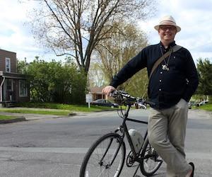 Le jour de la séance photo, Ghislain Demers se rendait à un rendez-vous professionnel en vélo.