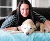 Marie-Ève D'Amours et son labrador blond Mistral. Son chien a reçu des traitements de chimiothérapie pour traiter son cancer.