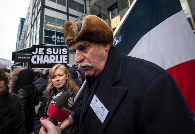 François Lubrina (Assemblée des Français de l'étranger) lors du rassemblement de plusieurs milliers de personnes dans les rues du centre-ville de Montréal pour une marche silencieuses