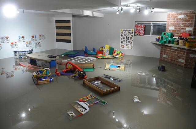*** Sur cette photo, les dommages sont importants pour cette garderie en milieu familial de la rue Belcourt. *** Plusieurs sous-sols de la rue Belcourt à Longueuil ont été inondés à la suite du bris d'une conduite d'aqueduc près de la rue Boucher, vers 0h, le mardi 20 juin 2017.  PASCAL GIRARD/AGENCE QMI