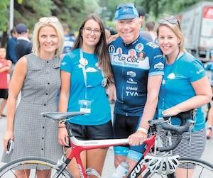 Pierre Bruneau est entouré de Rebecca Dumont, D.G. Fondation Centre de cancérologie Charles-Bruneau, ainsi que de deux survivantes d'un cancer pédiatrique, Maryse Racine et Camille Rochon.