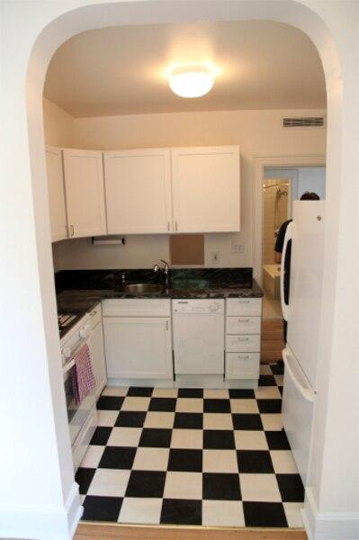 9500 $ - Cet appartement sur deux étages est situé dans le quartier West Village à Manhattan sur la rue West 11th St. L'espace fait 1700 pieds carrés. Il compte deux salons, deux chambres à coucher, une cuisine, un bureau et deux salles de bain.