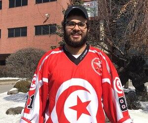 Achraf Znaki arbore fièrement son gilet de la Tunisie, quelques jours avant le départ pour Abou Dhabi.
