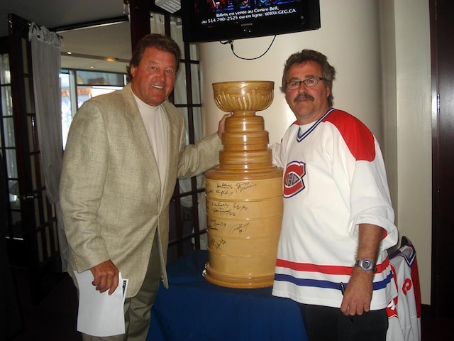 Daniel Caron Drummondville photos du Canadiens de Montréal je suis un fan des Canadiens des chose que j'ai bricolé moi même la Coupe Stanley signer par 40 joueur des Ancien Canadiens