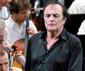 Charles Dutoit a été directeur artistique de l'Orchestre symphonique de Montréal de1977 jusqu'à sa démission enavril2002. L'organisme a reçu une plainte de harcèlement sexuel contre lui.