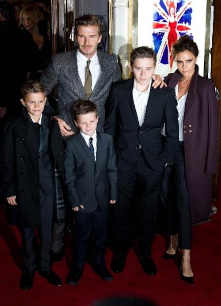 Lors de la première de la comédie musicale Viva Forever, qui présente les chansons des Spice Girls, Victoria et David Beckham ont foulé le tapis rouge avec trois de leurs enfants, Romeo, Cruz et Brooklyn.