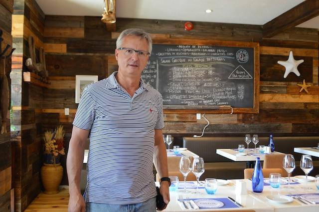 Le restaurateur Théo Dranias estime que la Ville de Montréal devrait faire preuve de tolérance envers ses enseignes amovibles, le temps que la conduite d'eau brisée qui paralyse le secteur depuis 100 jours soit enfin réparée.