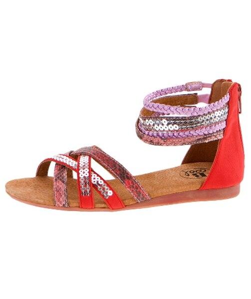 Cette sandale, composée d'un heureux mélange de cuir tressé, d'imprimé peau de serpent et de paillettes, fera fureur cet été!