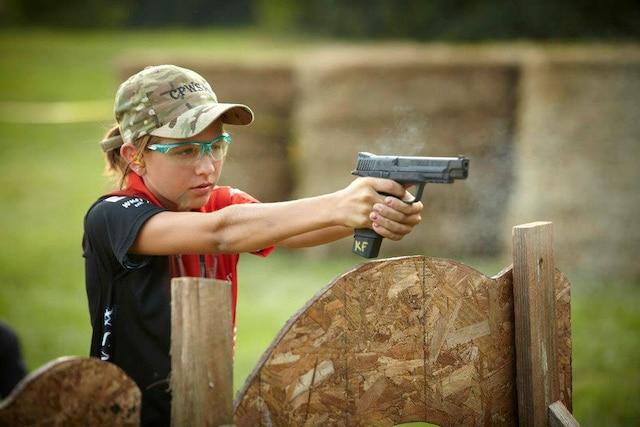 Katelyn a appris les 10règles de sécurité de son père Chad, un ancien instructeur de tir de l'armée américaine.