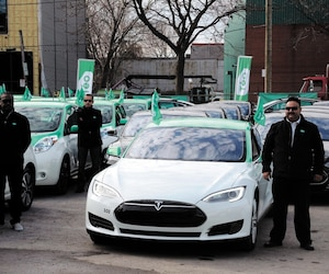 Alexandre Taillefer a lancé Téo Taxi le 18novembre 2015 à Montréal. L'homme d'affaires promettait 1000 taxis électriques dans la métropole avant la fin de 2017. On voit sur la photo des chauffeurs qui participaient à la conférence de presse lors du lancement.