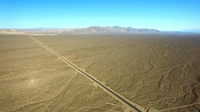 Le fameux désert de Death Valley, en Californie, où la route est droite et plate pendant des dizaines de kilomètres.