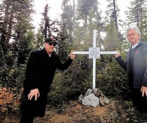 Le chef pilote d'Air Saguenay, Alain Lecot, et le président de l'entreprise, Jean Tremblay, se sont rendus sur les lieux de l'écrasement, au lac Mistastin, vendredi. Les deux hommes ont planté une croix sur une île en plein centre du lac pour rendre un dernier hommage aux trois hommes portés disparus dans l'écrasement.