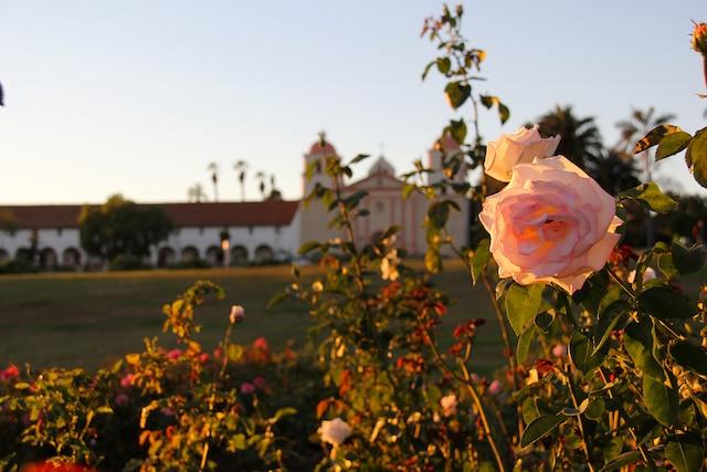 La Old Mission de Santa  Barbara vue depuis le jardin  de roses d'en face.