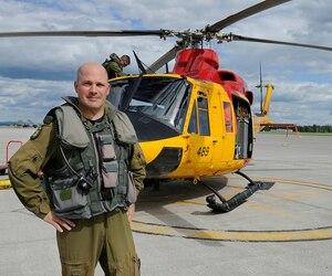 Les hélicoptères de Bagotville ont survolé la région pendant trois semaines pour aider les sinistrés. Le commandant Jean-François Gauvin (photo) a fait monter Le Journal dans son appareil afin de survoler la région qui a été dévastée il y a 20 ans.