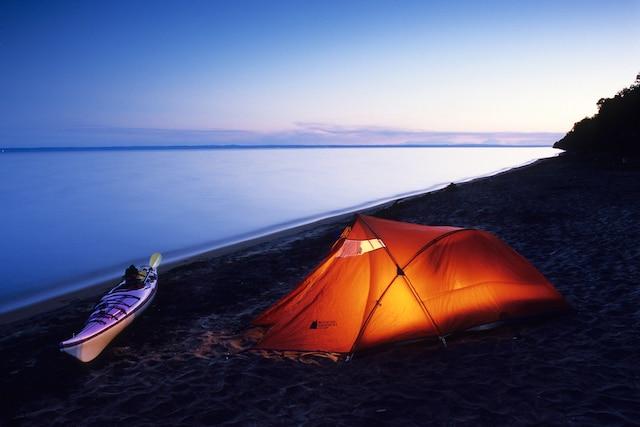 On y compte 85 sites de camping rustique.