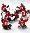 Les membres de l'équipe canadienne célèbrent la victoire qui leur donne la médaille de bronze, le 15 mars 2014.